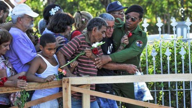 Cubanos hacen fila para ver la tumba de Fidel Castro.