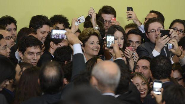 A ex-presidente Dilma Rousseff cercada de alunos contemplados com o Ciência Sem Fronteiras durante lançamento da segunda fase do programa em junho de 2014