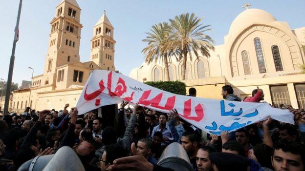 انطلقت مظاهرة في محيط الكاتدرائية للاحتجاج على تعرض الأقباط للهجوم