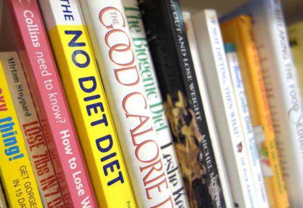 Estantería con libros que hablan sobre dietas.