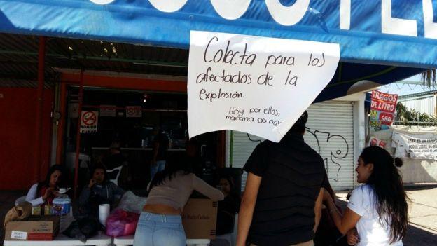 En los alrededores del mercado varios voluntarios han donado comida a los equipos de rescate.