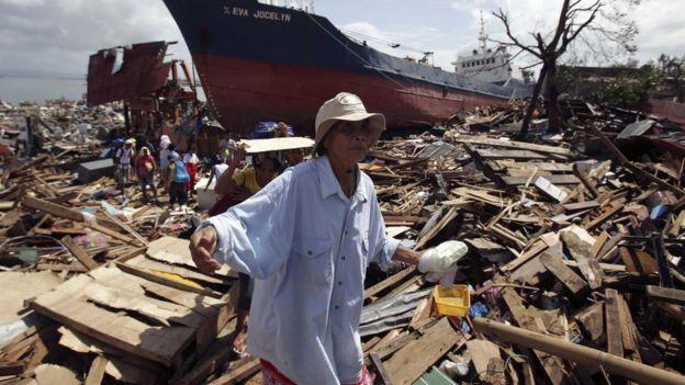 Escombros deixados pelo tufão Haiyan, nas Filipinas, em 2013