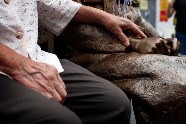 Kim Bok-Dong, de 91 anos, que foi escravizada sexualmente, ao lado de estátua em Seul