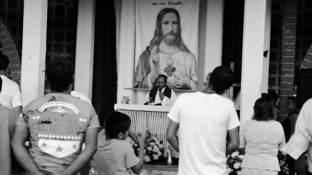 El cura de la misa del día de los Fieles Difuntos en el cementerio.