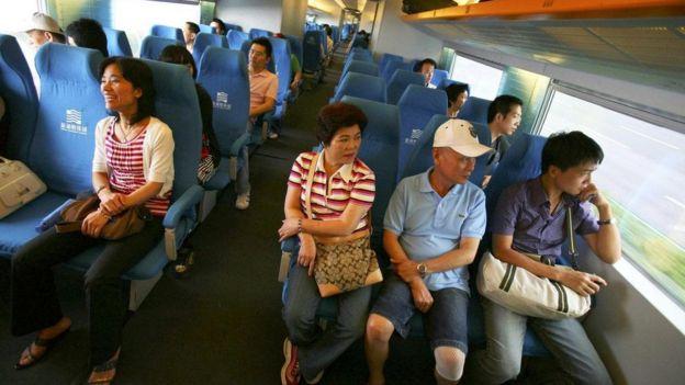 الركاب داخل القطار المغناطيسي المعلق في شنغهاي