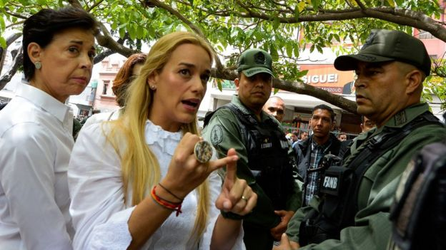 La audiencia se llevó a cabo rodeada de fuertes medidas de seguridad (en el centro de la imagen, la esposa de López, Lilian Tintori).