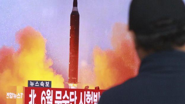 一位首爾市民在觀看朝鮮導彈試驗的電視報道。