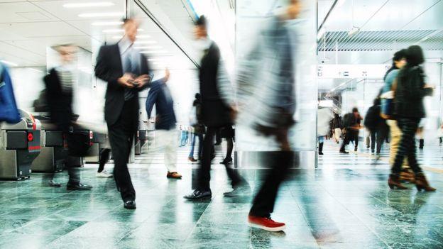 Gente caminando con rapidez