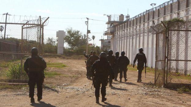 Policías en la cárcel de Aguaruto de Culiacán, Sinaloa, en el noroeste de México.