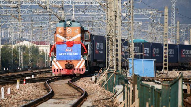 12月31日,首趟开往英国伦敦的中欧班列行驶在浙江义乌铁路西站