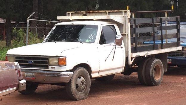 Una camioneta con el número 55