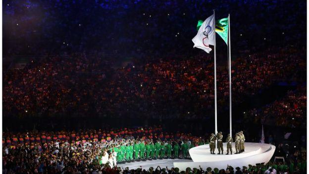 La bandera olímpica ya ondea en Río.