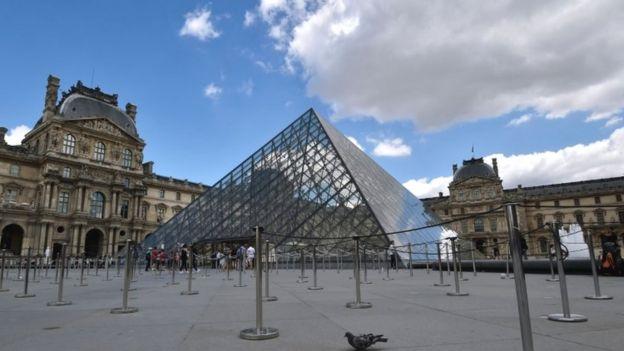 Entrada del Museo de Louvre en París.