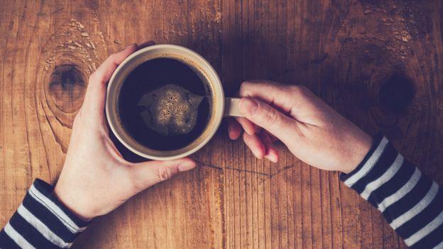 Mujer con una taza de café