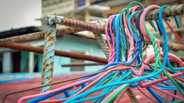 Ganchos en un riel oxidado
