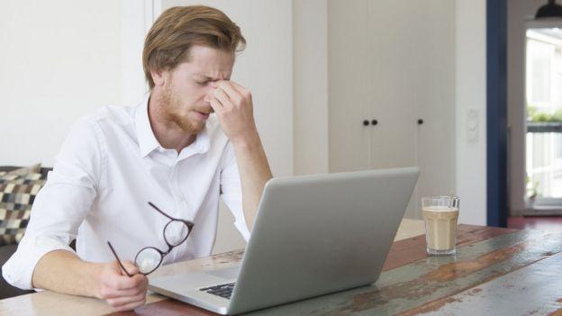 Bilgisayarı başında stresli ve yorgun adam