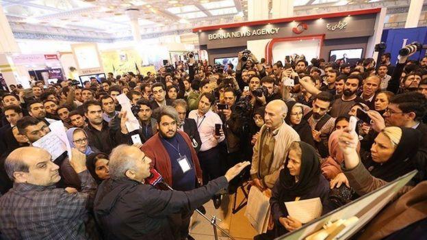 تجمع اعتراضی متقاضیان مسکن مهر در نمایشگاه مطبوعات