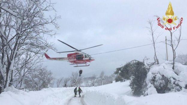 طائرة مروحية تنزل منقذين فوق الثلوج