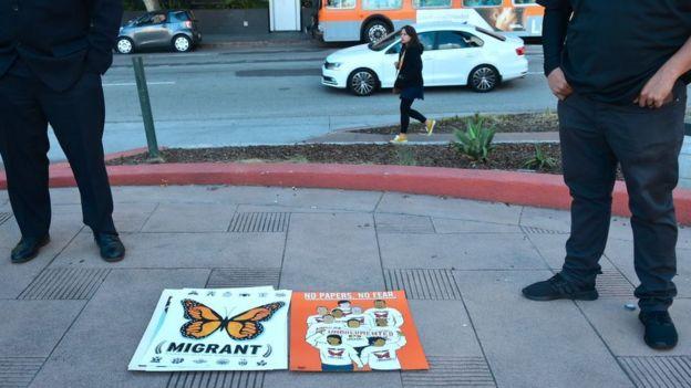 Cartel de una protesta contra la deportación de inmigrantes indocumentados.