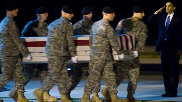 Obama con ataud militar.