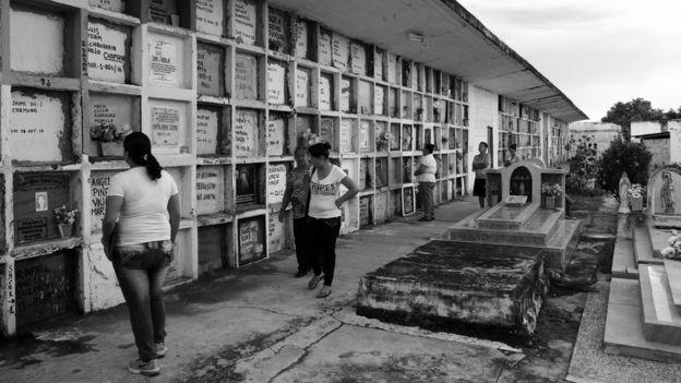 Gente caminando frente a las bóvedas de NN.