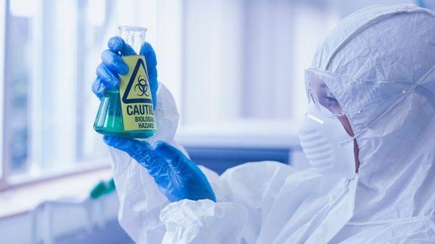 Pessoa manipula produto tóxico