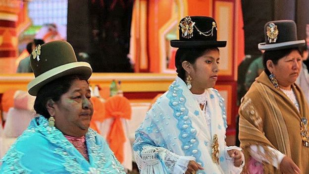 Le donne frequentano un matrimonio in un cholet