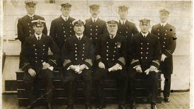 Капитан Эдвард Смит с моряками