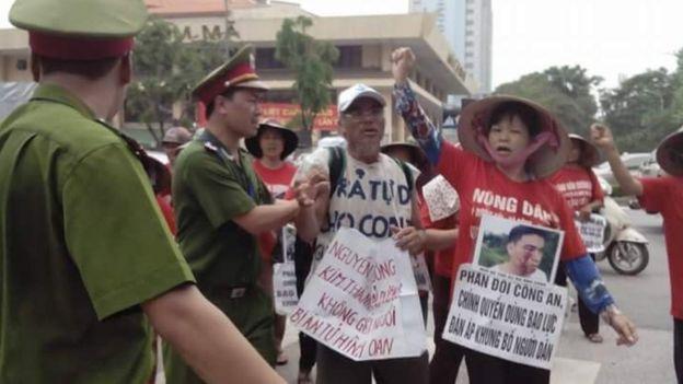 Bà Cấn Thị Thêu trong một lần biểu tình