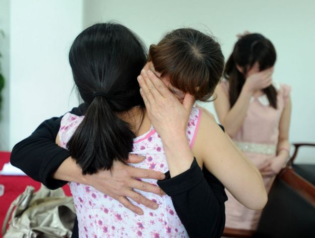 Mujer abraza a otra