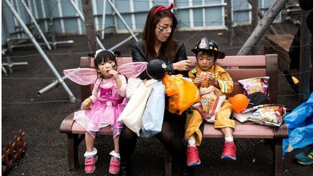 年輕的日本母親與兩個孩子