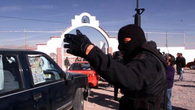 Agente durante una redada antinarcóticos