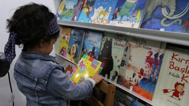Monakids kitabevinde çocuk