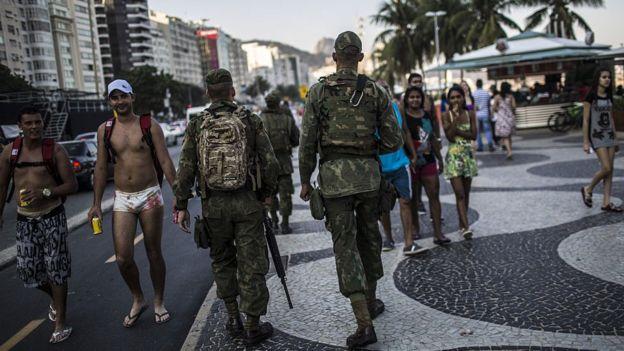 Militares do Exército caminham pela orla do Rio de Janeiro