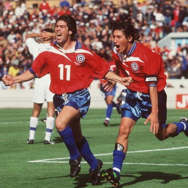 Salas y Zamorano tras un gol frente a Italia.