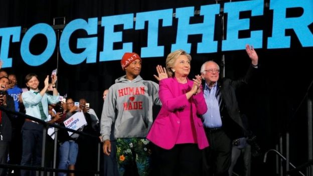Pharrell Williams na Bernie Sanders wakiwa na Hillary Clinton