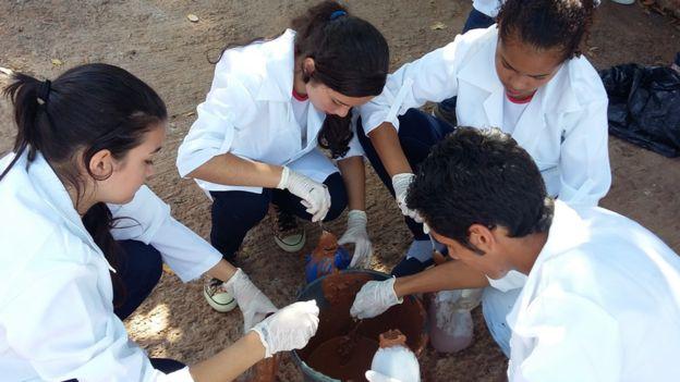 Os alunos de Wemerson Nogueira recolhem amostras de lama