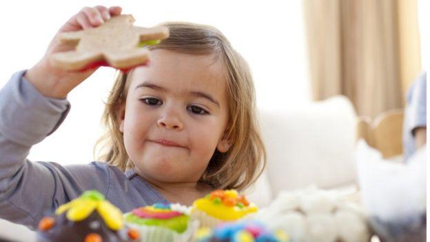 Niña come pastel