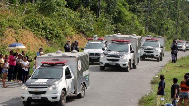 Carros da PM chegam ao Compaj