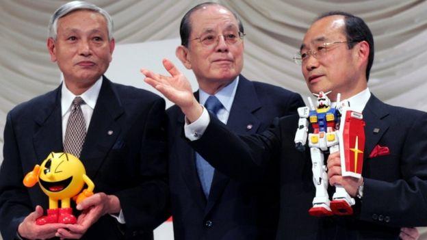 Masaya Nakamura (centro) con el vicepresidente de Namco Kyushiro Takagi (izda.) y el presidente Takeo Takasu, en una fotografía de 2005.