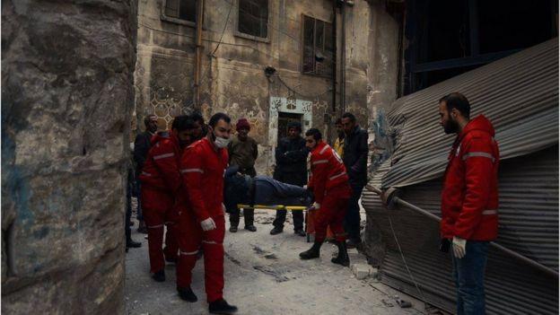 Un herido es transportado por la Media Luna Roja y la Cruz Roja en el este de Alepo.