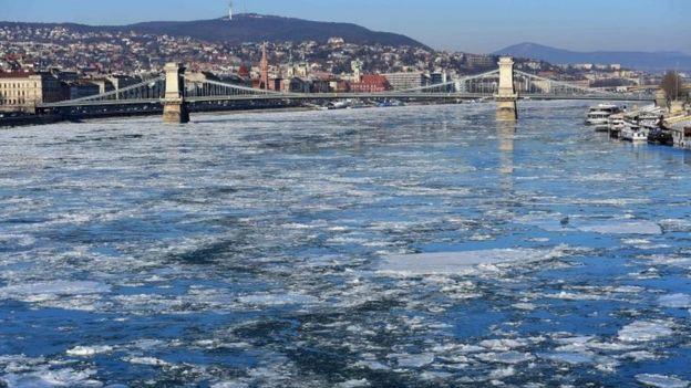 Trozos de hielo flotando en el río Danubio en Budapest, Hungría, el nueve de enero de 2017.
