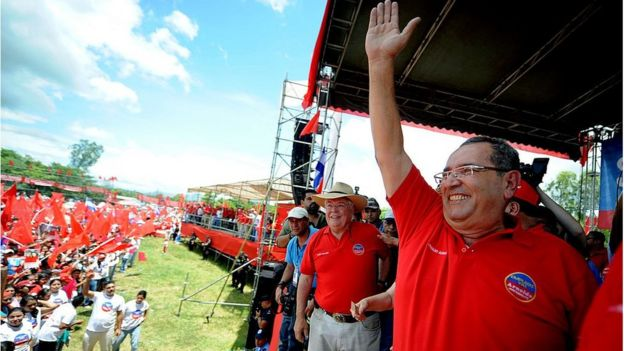 Ex presidente de Nicaragua, Arnoldo Alemán, saluda a sus seguidores. Viste camiseta roja.