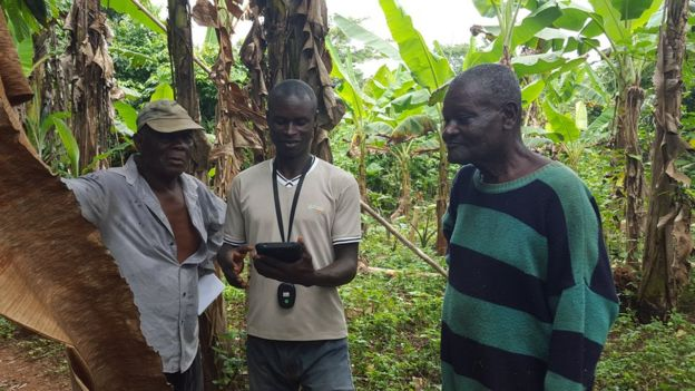 Farmers with Landmapp surveyor