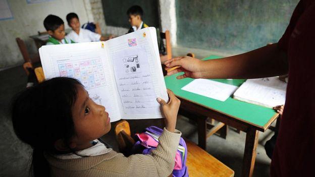 Niña recibiendo clases en una escuela de Huachipa, a 50 kilómetros de Lima.