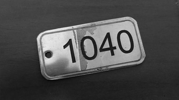 Pequeña placa metálica con el número 1040