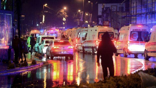 土耳其伊斯坦布尔袭击现场外停满救护车(1/1/2017)
