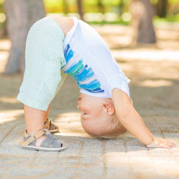 Niño en una pose de yoga