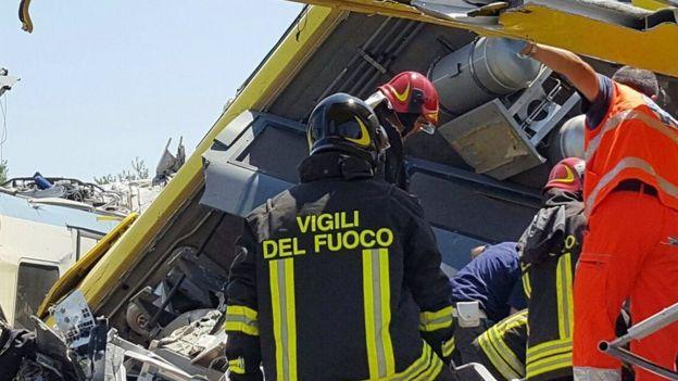 Los bomberos siguen tratando de sacar a las víctimas de los vagones.