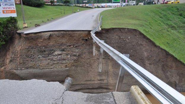 Los daños en las vías públicas han dejado varios a miles.